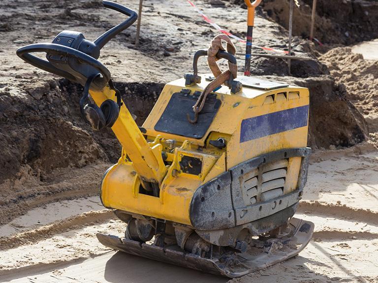 żółta zagęszczarka naplacu budowy