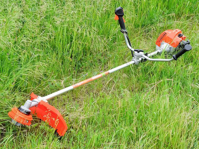 kosa spalinowa podczas koszenia trawy